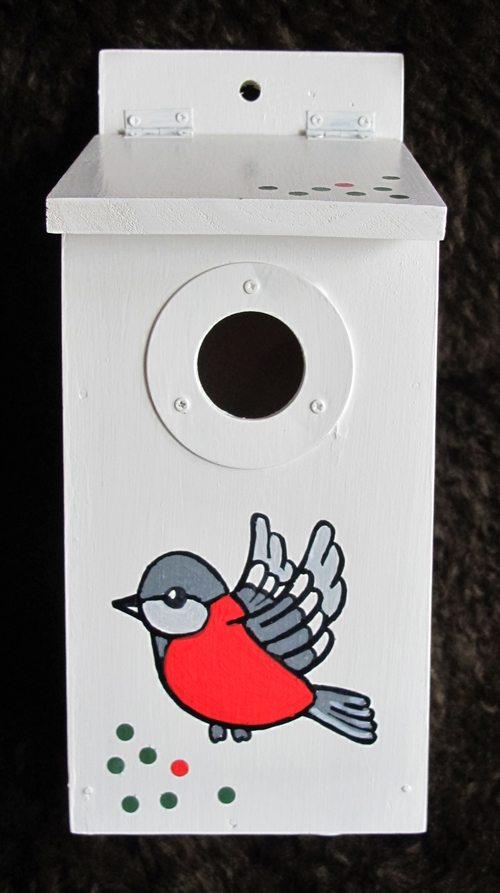 Enda en variant basert på et fuglekasse-byggesett fra butikken Rusta. Denne kassen er satt sammen av snart fem år gamle David i samarbeid med bestefar. Kassen settes opp nå i påsken. Foto: John Steffensen