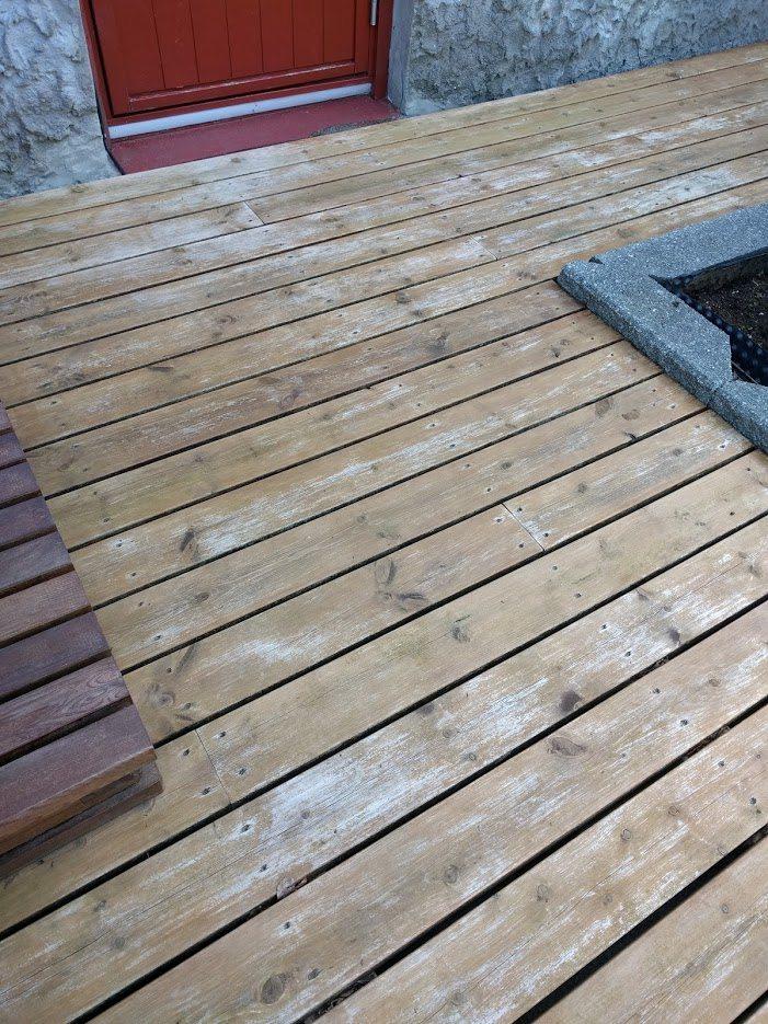 I følge Gjøco skal Herregård terrassebeis påføres hvert 3. år. Jommen sa jeg smør, for slik ser den ut etter bare 10 måneder... Foto: John Steffensen