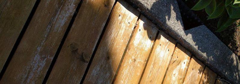 Produsenten Gjøco lover tre års vedlikeholdsintervall på sin vanntynnbare terrassebeis. Slik ser den ut etter bare 10 måneder. Foto: John Steffensen