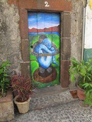 Omtrent hundre ytterdører er utsmykket av lokale kunstnere som har fått frie tøyeler til å gjøre Rua Santa Maria til en helt spesiell opplevelse. Foto: John Steffensen