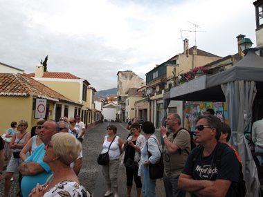 Hvert år kommer mer enn 1 million turister til Madeira. Her sees en gruppe Solia-reisende i Zona Velha, Funchal. Foto: John Steffensen