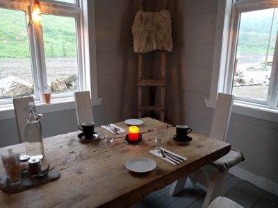 Middagsbordet er dekket på Rødseter Inn, Supphelledalen. Foto - John Steffensen, johnsteffensen.no