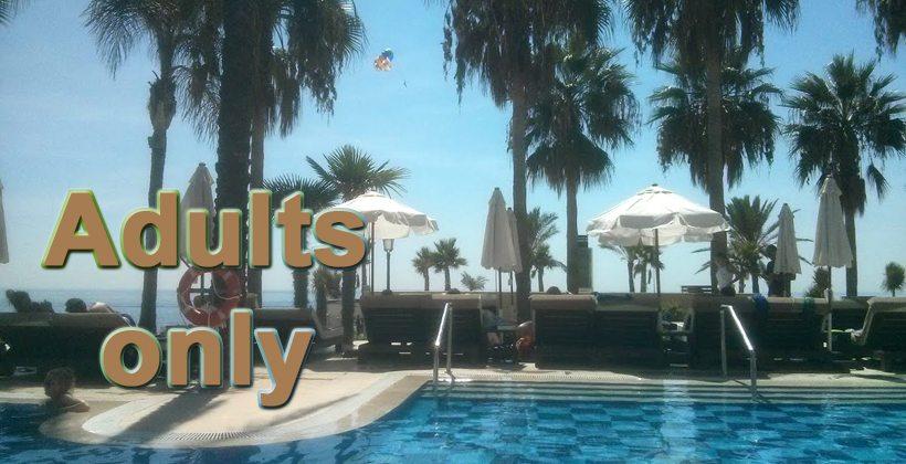 Adults only på den spanske solkysten. Ingen ting å utsette på de lukseriøse solsengene. Foto - johnsteffensen.no