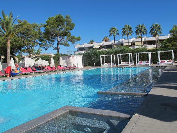 Adults only. Lazy days på Mallorca. det ene av voksenhotellets to bassengområder. Foto - johnsteffensen.no