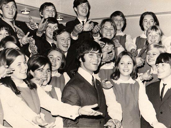 Medlemmene i Ten Sing fikk mange spennende og flotte opplevelser, stikk i strid med det som BA sin anmelder mente å vite. Her er koret foreviget sammen med Cliff Richard i Bergen.