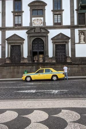Fabio henter oss utenfor The Jesuits' College i Funchal.