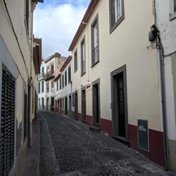 I denne trange gaten fins en god pizzarestaurant. Inngang på høyre side. Foto: John Steffensen