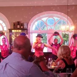 For 45 euro får man tre-retters middag + alle drikkevarer + Sian Lesleys Dinner Show + Dans på The Ritz Madeira. Foto - John Steffensen