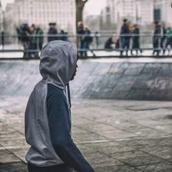 Angsten som foreldrene føler, har ofte sammenheng med hvordan de selvopplevde sin egen ungdomstid, hvordan detkunne ha gått dersom de ikke hadde holdt sine egne drifteri tømme.
