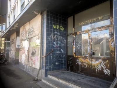 Forfallet på dette forholdsvis nye bygget er åpenbart. Den offisielle taggingen på Sentralbadet vis avis har smittet over på bl.a. dette bygget. Det ser gyselig ut. Foto: John Steffensen - www.johnsteffensen.no