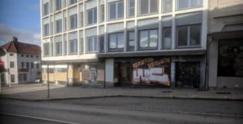 En skamplett for byen. Denne forholdsvis nye eiendommen på Nøstet har stått tom i mange år. www.johnsteffensen.no