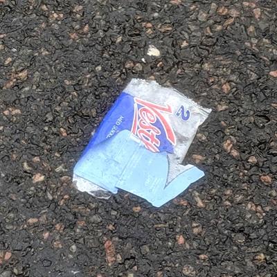 Lefsen ble fraktet hit i en lomme på sykkeltrøyen. Hvor vanskelig kan det være å putte tomeballasjen ned igjen i den samme lommen? I naturen skaper plasten bare problemer. Det VET også syklistene, men noen gir blaffen.